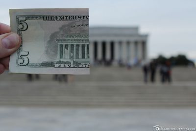 Half a 5 dollar banknote with the Lincoln Memorial