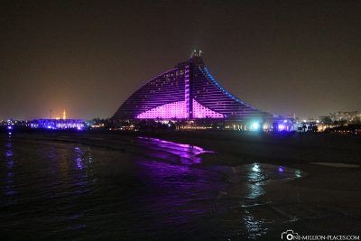 Das ebenfalls beleuchtete Jumeirah Beach Hotel