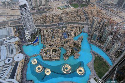 Blick auf die Dubai Mall und die Dubai Fountains