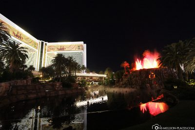 The volcano at Hotel Mirage