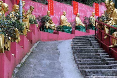 Der Weg mit den Buddhas zum Kloster