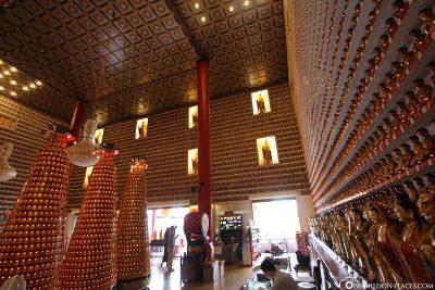 Tempel mit hunderten Buddha Figuren