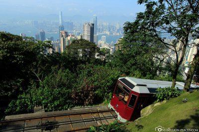 Die Peak Tram mit der Skyline von Hong Kong