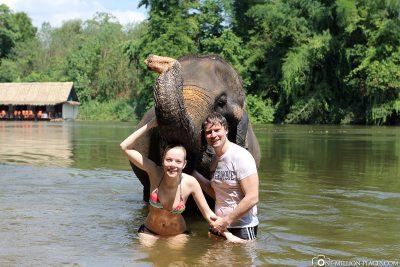 Zusammen mit dem Elefanten