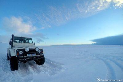Durch den tiefen Schnee zu den Eishöhlen