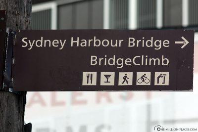 Signposts to the Sydney Harbour Bridge