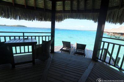Die Terrasse des Overwaterbungalows