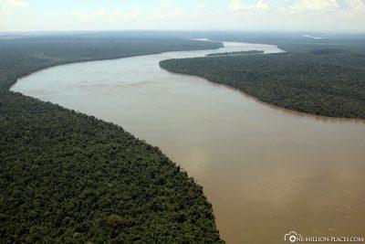 Flug entlang des Rio Iguacu