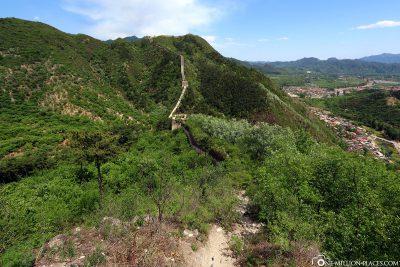 Blick auf die Mauer und das Tal