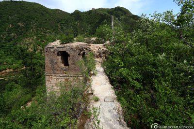 Ein Abschnitt der nicht restaurierten Mauer