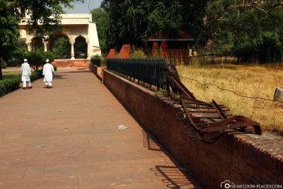 Bent fence