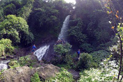 Zwischenstopp am Wasserfall