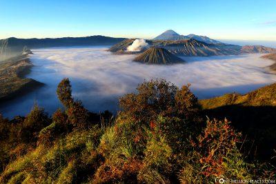 Der Mount Bromo, Mount Batok und der Stratovulkan Gunung Semeru
