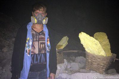 Respiratory masks against sulfur vapours