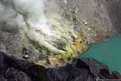 The sulfur springs at the foot of the crater lake