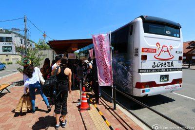 Der Bus von Bahnhof in Kawaguchiko zum Festival