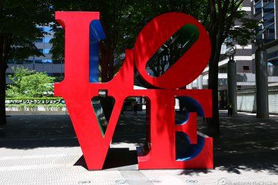 Die LOVE Skulptur von Robert Indiana in Tokio