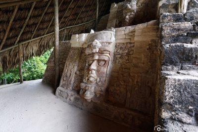Die in Stein gehauenen Masken
