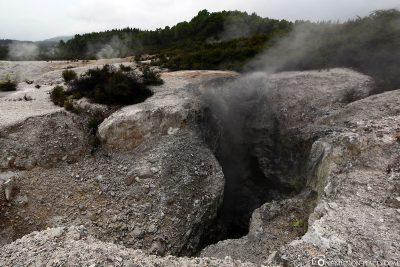 Dampfende Felsspalten