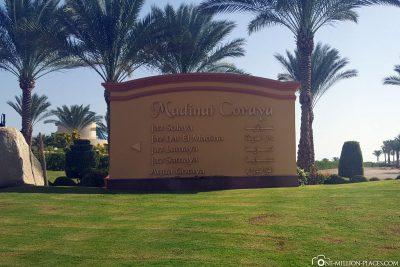 Die Einfahrt zum Hotelkomplex Madinat Coraya