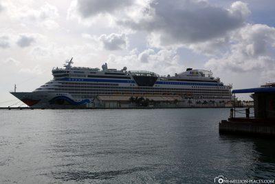 Die AIDAdiva im Hafen von Aruba