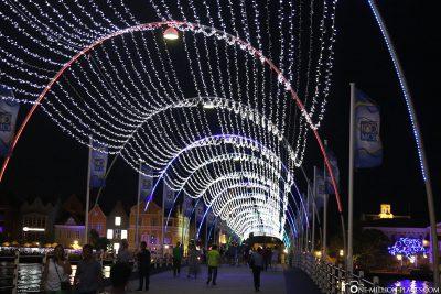 Die Königin Emma Fußgängerbrücke in der Nacht