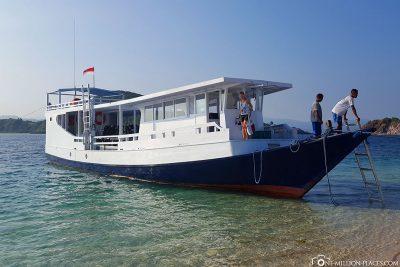 The speedboat from Angel Island Resort