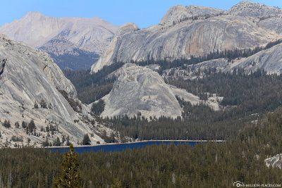 Die Bergkulisse am Tenaya Lake