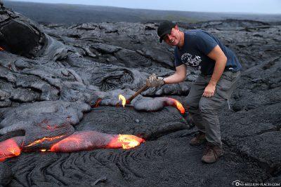 Eine Lavaprobe entnehmen