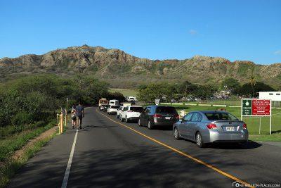 Autoschlange am kleinen Parkplatz