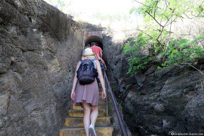 Die Treppen zum Kraterrand
