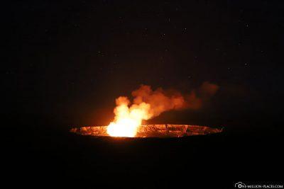 Das Glühen der Lava im Halemaʻumaʻu Krater in der Nacht