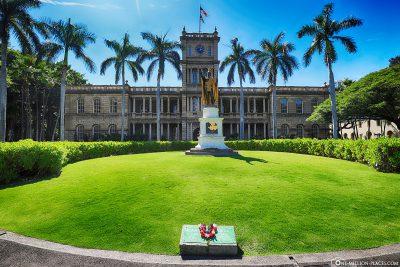 Aliiolani Hale with the King Kamehameha Statue