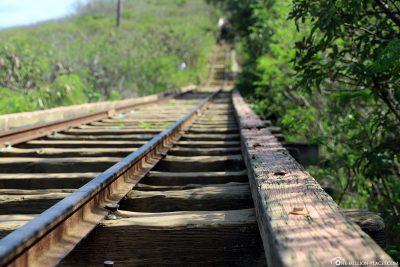 Die Brücke über eine kleine Schlucht