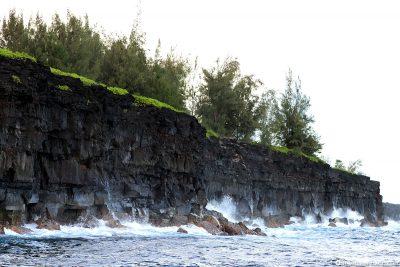 Die steilen Klippen an der Küste von Big Island
