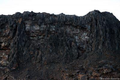 Die Klippen mit erkalteter Lava