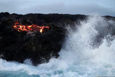 Glühende Lava in der Brandung