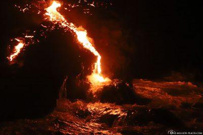 Ein kleiner Lavastrom erreicht den Ozean