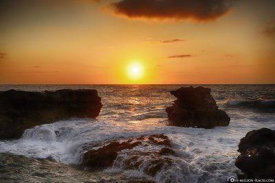 Sonnenaufgang am Sandy Beach auf Oahu