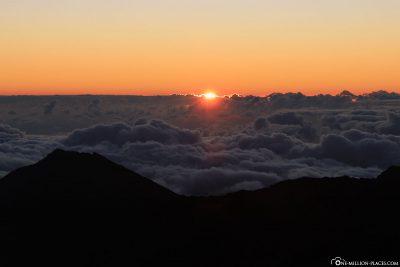 Die Sonne kommt hinter den Wolken hervor