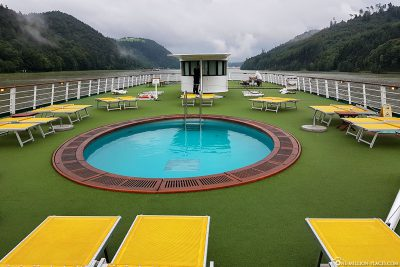 The sun deck with the pool