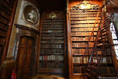 Die Bücherregale aus Nussbaumholz