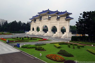 The main gate to Chiang-Kai-shek Park