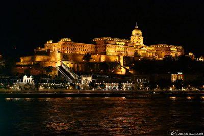 Der Burgpalast in Budapest bei Nacht