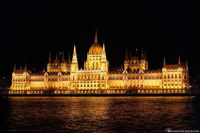 Das Parlamentsgebäude von Budapest bei Nacht