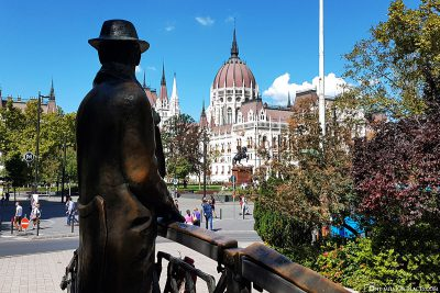 Statue von Imre Nagy mit dem Parlament