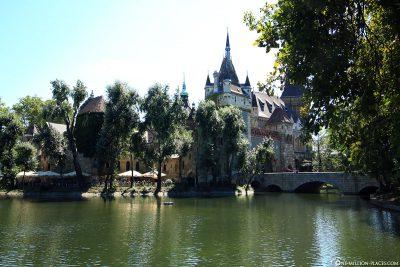 Die Burg Vajdahunyad im Stadtwäldchen