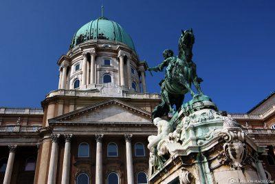 Der Burgpalast mit dem Prinz Eugen-Denkmal