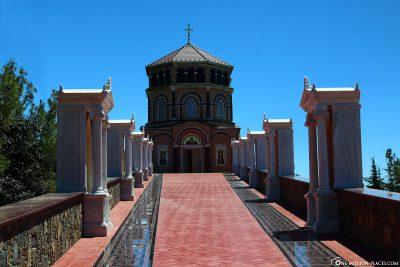 Denkmal Makarios auf dem Berg Throni