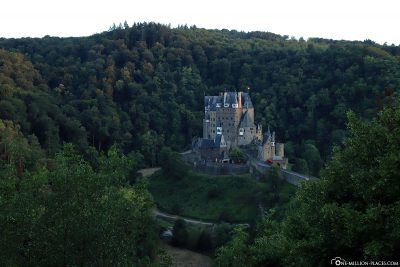 The location of the castle in the valley of the Elz